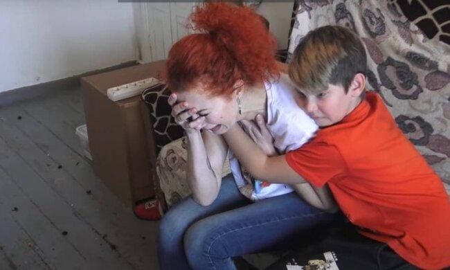 Matka a dítě / Zdroj: youtube.com
