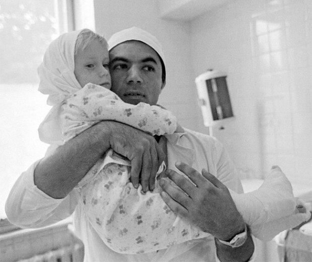 """""""Udělala jsem první krok na přišítých nohách a doktor plakal"""": jak v roce 1983 chirurg zachránil 3letou dívku"""