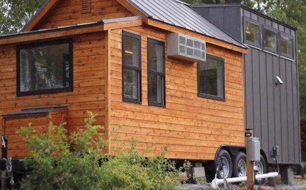 Malý a těsný furgon na kolech má skleník a všechno nutné pro pohodlí