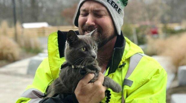 """Po objetí nalezené kočky muž plakal jako dítě: """"Už nevěřil, že toho mazlíčka někdy uvidí"""""""