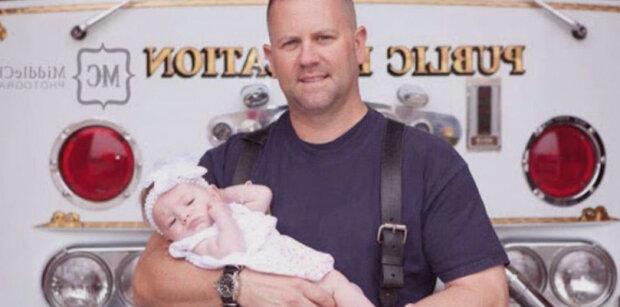 Hasič pomohl dívce se narodit, ale ani si nepředstavoval, že drží svou budoucí dceru v náručí