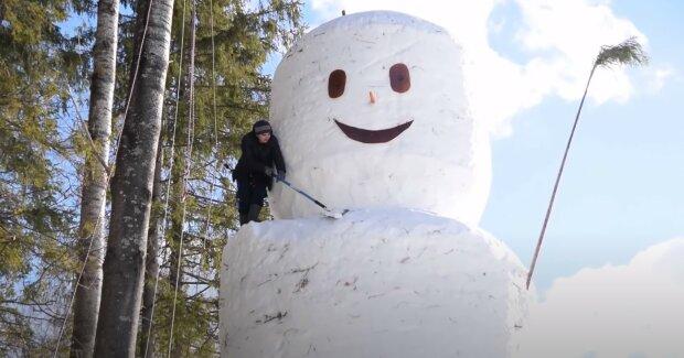 Čtyřmetrový sněhulák získal provokativní vzhled a rozesmál celou ulici