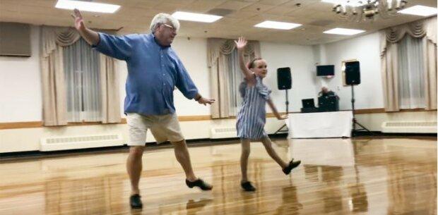 V 72 letech je děda plný síly a energie: starší muž zatančil s vnučkou