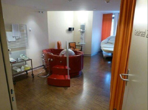 """""""Porod pro bohaté"""": jak vypadá běžná porodní sál ve švýcarské porodnici"""