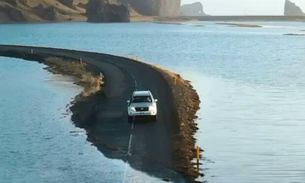 Na Islandu byla zatopena silnice a auta jedou po dně moře