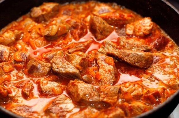 """Do guláše přidávám okurku """": Triky pro přípravu jemného a voňavého jídla"""