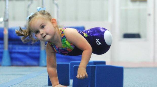 Osmiletá dívka, která nemá nohy, se stala profesionální gymnastkou