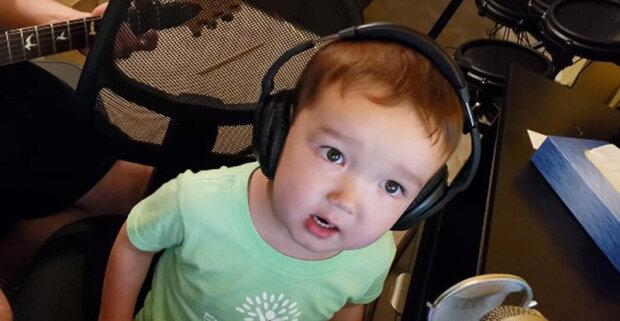 Dvouletý kluk zazpíval píseň samého Elvisa Presleyho, čím překvapil uživatele sítě