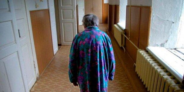 """""""Mami, probuď se. Co se jí stalo, onemocněla"""": u okna stála stará žena, po tvářích jí stékaly slzy"""