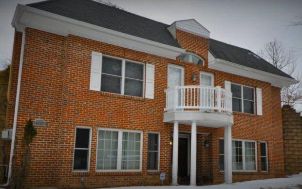 Dům má pouze fasádu, takže jeho majitel ušetří na komunálních službách až 90 procent