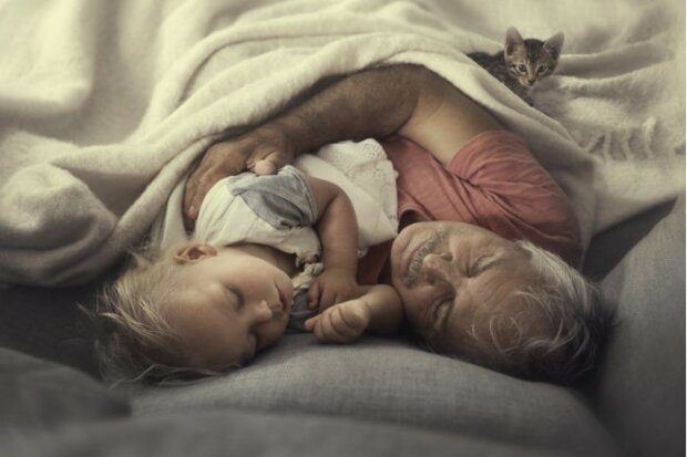 """Fotoprojekt """"Generace"""": jak vypadají dojemné snímky prarodičů s vnoučaty"""