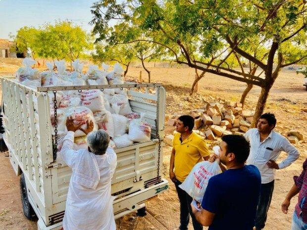 """""""Dobro zachrání svět"""": farmář z Indie na vlastní náklady nakrmil téměř 7000 chudých rodin"""